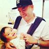 タカアンドトシのタカが赤ちゃんをあやすトシの写真を公開