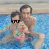 芸人アンガールズの山根、子供とプールで遊ぶ写真を公開