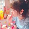 モデルの斎藤みらい、ポニーテールでクリームソーダを飲んで...