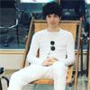 俳優の水嶋ヒロ、全身白のファッションで足の長さに驚きの声...