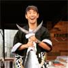 サッカー日本代表の香川真司がマグロを持ち上げて最高の笑顔
