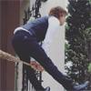 俳優の三浦翔平、ほうきを使って飛んでる風の写真に「脚長い!」
