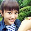 女優の桐谷美玲、カエルを手に乗せた爽やかショットがステキ